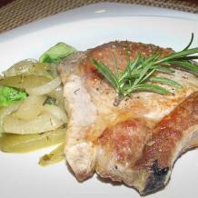Cūkgaļas steiks ar kauliņu, kopā ar ceptiem gurķiem