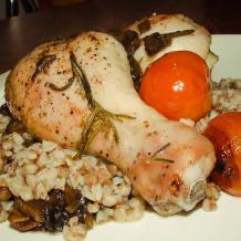 Гречневая каша с курицей и соусом из белых грибов