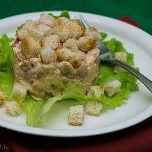 Salāti ar vistu, sausiņiem un pupiņām