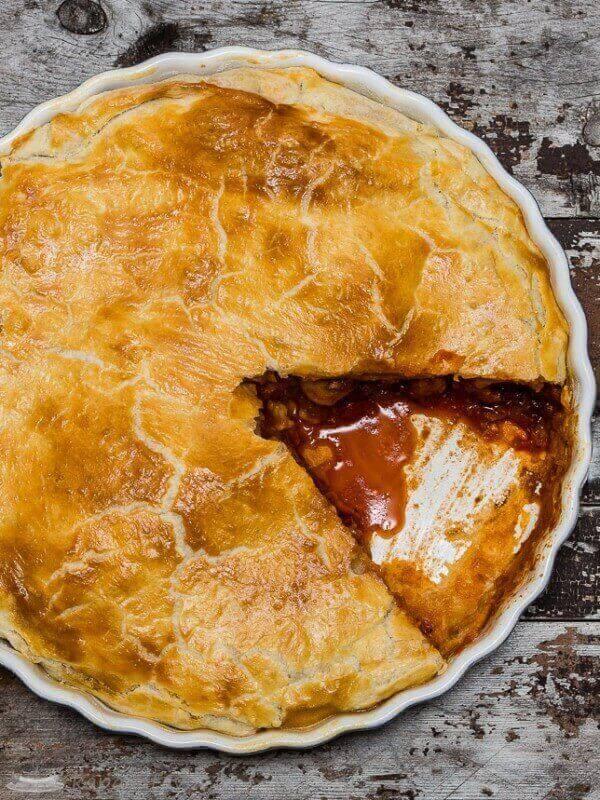 Ka jūs liekat galdā lielu cepešpannu ar reibinoši smaržīgu gaļas pīrāgu