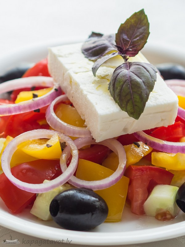 Grieķu salāti un aromātiska olīveļļa